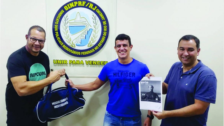 PRF Casati retira seu kit do IRONMAN Brasil no SINPRFRJ